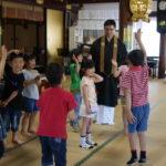 お寺ではしゃぐ子どもたち。新一年生お祝い会!